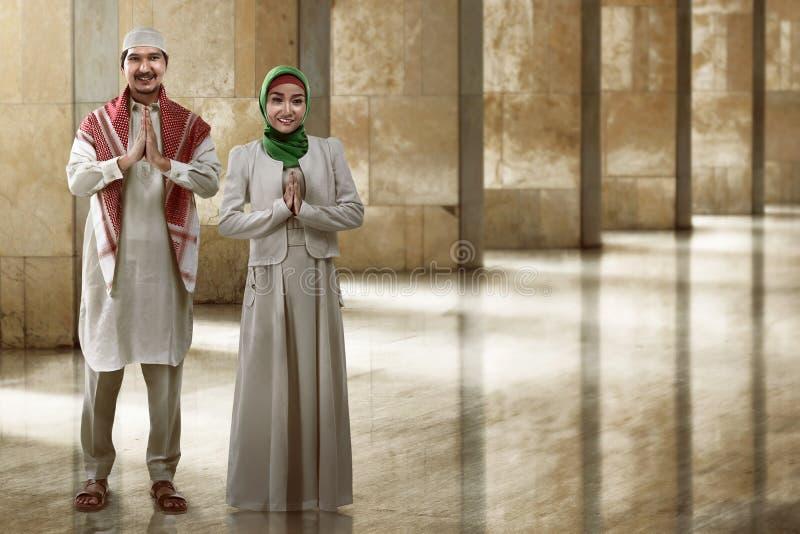 Νέο μουσουλμανικό χαμόγελο ζευγών στοκ εικόνα με δικαίωμα ελεύθερης χρήσης