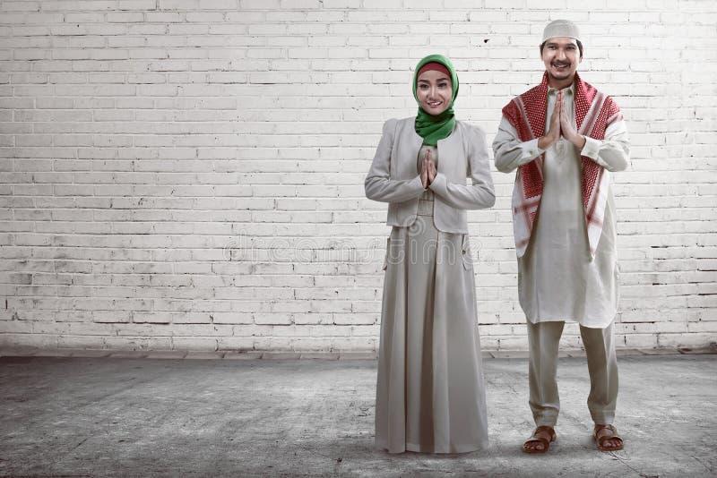 Νέο μουσουλμανικό χαμόγελο ζευγών στοκ εικόνα