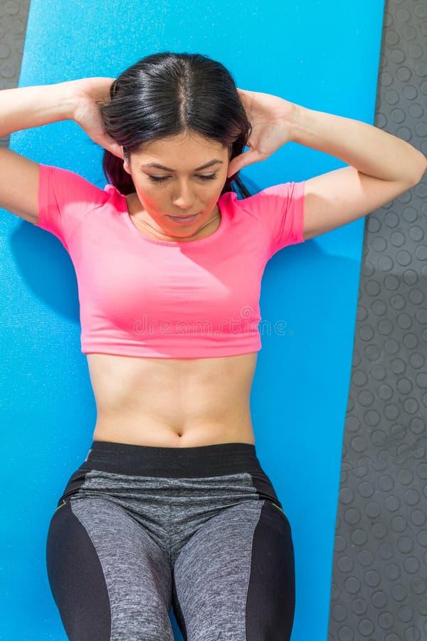 Νέο να κάνει γυναικών κριτσανίζει τη γυμναστική στοκ εικόνες