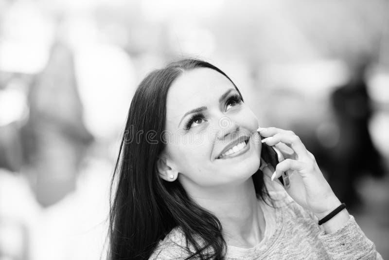Νέο να κάνει γυναικών ψωνίζοντας ή διατάζοντας τα σε απευθείας σύνδεση, κοινωνικά μέσα στοκ εικόνα