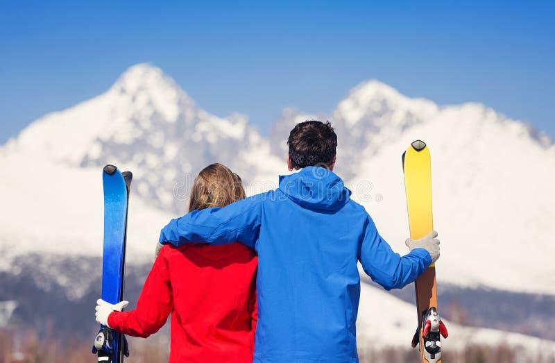 Νέο να κάνει σκι ζεύγους στοκ φωτογραφίες