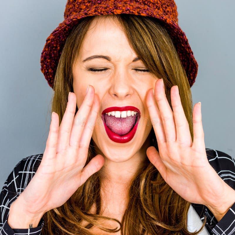 Νέο να φωνάξει ή Sreaming γυναικών μια προειδοποίηση στοκ εικόνα με δικαίωμα ελεύθερης χρήσης