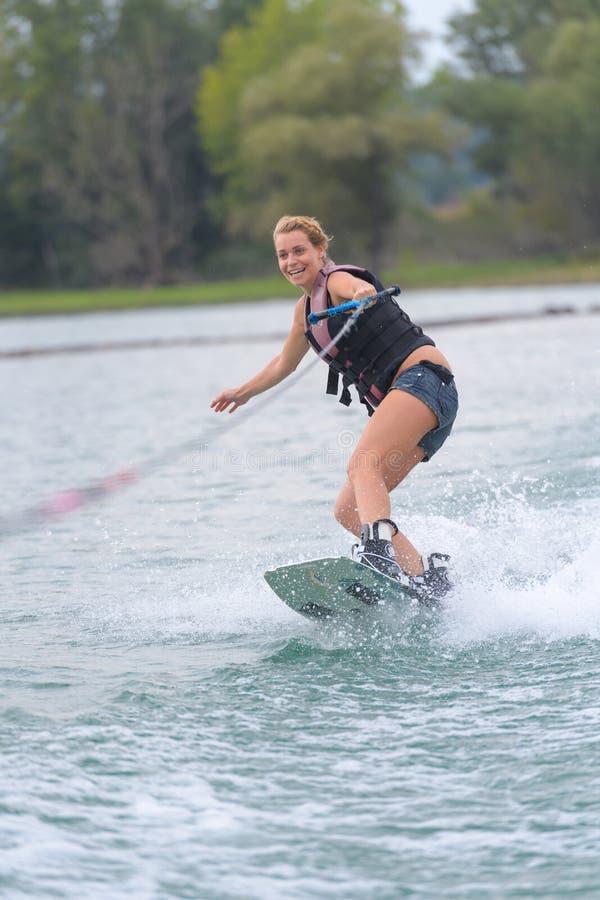 Νέο νερό γυναικών που κάνει σκι στη θάλασσα στοκ εικόνες