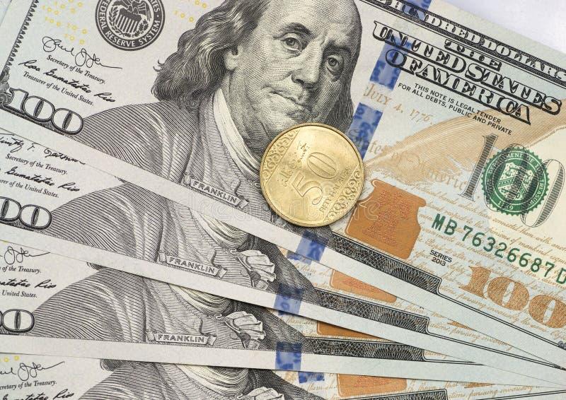 Νέο νόμισμα 50 Halal πάνω από τους λογαριασμούς δολαρίων στοκ φωτογραφία με δικαίωμα ελεύθερης χρήσης