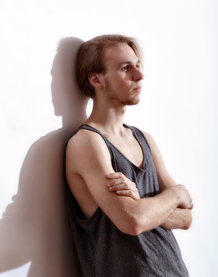 Νέο ξανθό άτομο στην τοποθέτηση πουκάμισων στοκ φωτογραφία με δικαίωμα ελεύθερης χρήσης