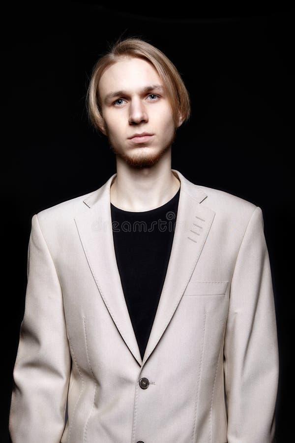 Νέο ξανθό αρσενικό πρότυπο στο μπεζ κοστούμι ατόμων στοκ εικόνα