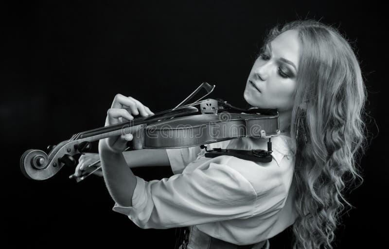 Νέο ξανθό κορίτσι με το βιολί στοκ φωτογραφίες