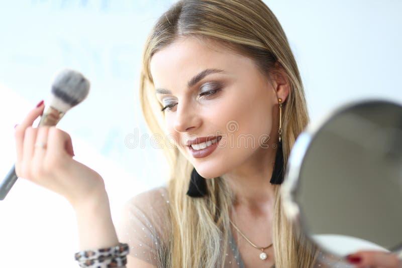 Νέο ξανθό πορτρέτο κινηματογραφήσεων σε πρώτο πλάνο Cosmetologist γυναικών στοκ φωτογραφία