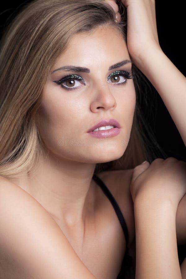Νέο ξανθό πορτρέτο ομορφιάς γυναικών με το στήριγμα σκιάς ματιών σπινθηρίσματος στοκ εικόνες