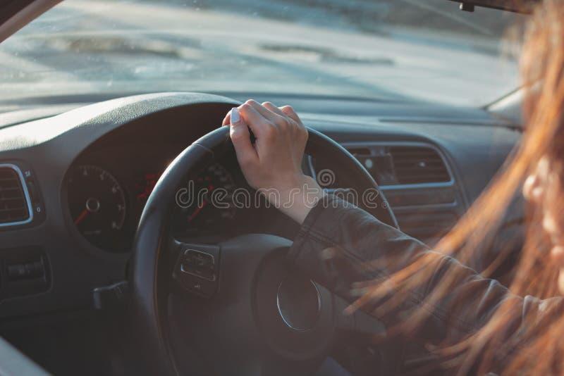 Νέο οδηγώντας επιβατικό αυτοκίνητο γυναικών brunette μακρυμάλλες στοκ φωτογραφία με δικαίωμα ελεύθερης χρήσης