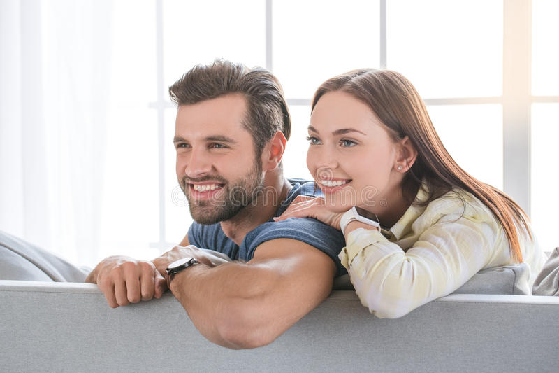 Νέο οικογενειακό ζεύγος μαζί στο σπίτι περιστασιακό στοκ εικόνα