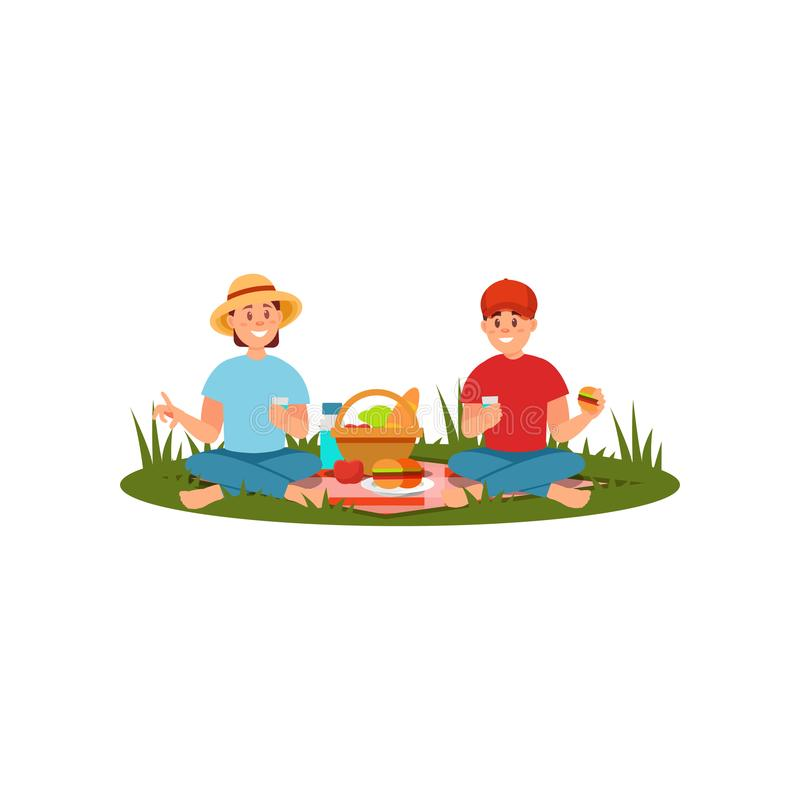 Νέο οικογενειακό ζεύγος που έχει το πικ-νίκ στη φύση Άνθρωποι που κάθονται σε γενικό και που τρώνε Θερινή υπαίθρια δραστηριότητα  ελεύθερη απεικόνιση δικαιώματος