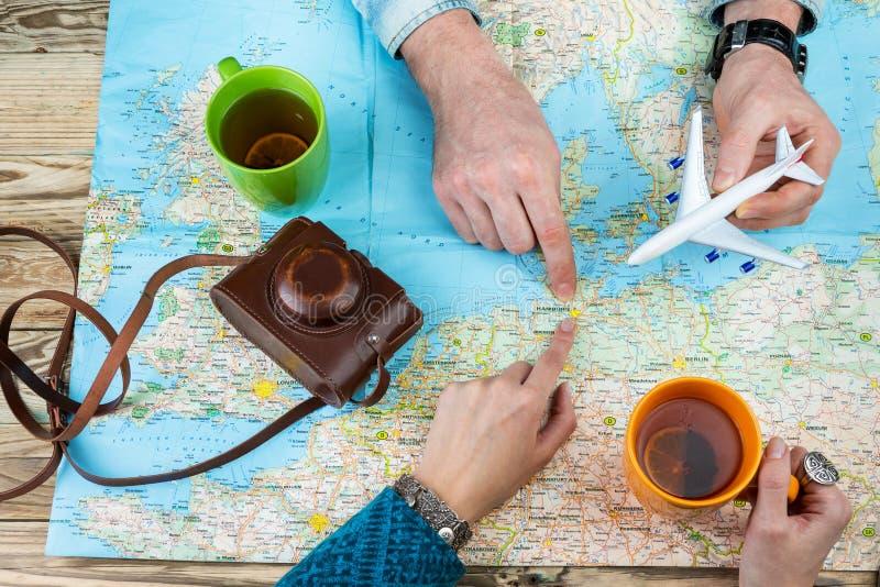 Νέο οικογενειακό ζεύγος που πηγαίνει να επισκεφτεί το Αμβούργο, στοκ φωτογραφία με δικαίωμα ελεύθερης χρήσης