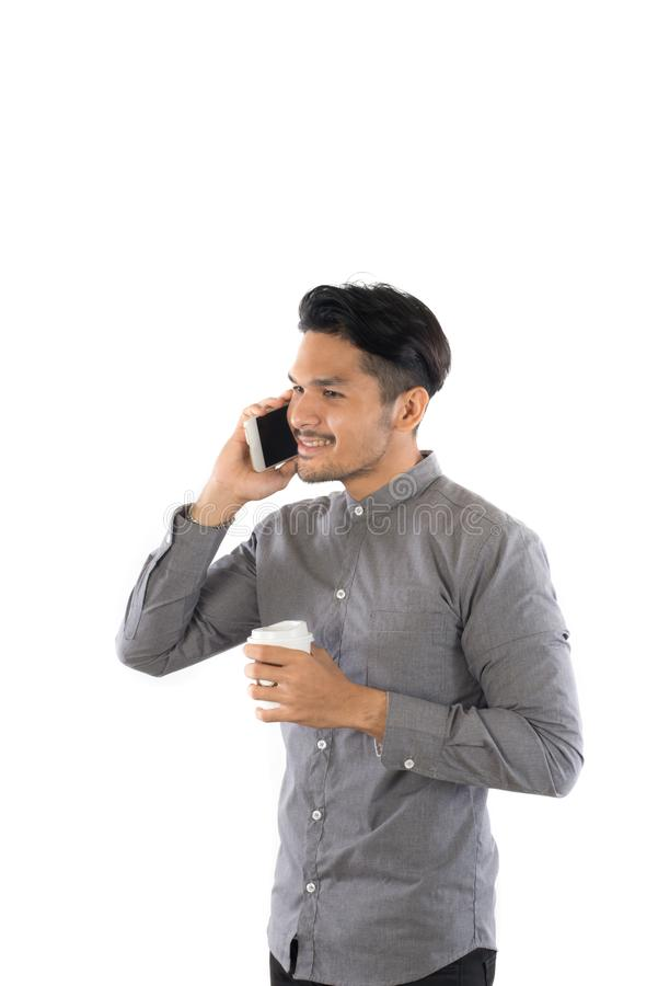Νέο ομιλούν τηλέφωνο ατόμων hipster ενώ φλυτζάνι καφέ στα χέρια isolat στοκ εικόνες με δικαίωμα ελεύθερης χρήσης