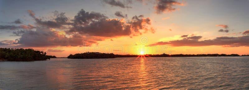 Νέο πέρασμα από το ηλιοβασίλεμα κόλπων Estero τις ανοίξεις της Bonita στοκ φωτογραφία