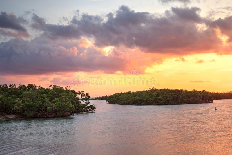 Νέο πέρασμα από το ηλιοβασίλεμα κόλπων Estero τις ανοίξεις της Bonita στοκ εικόνα με δικαίωμα ελεύθερης χρήσης