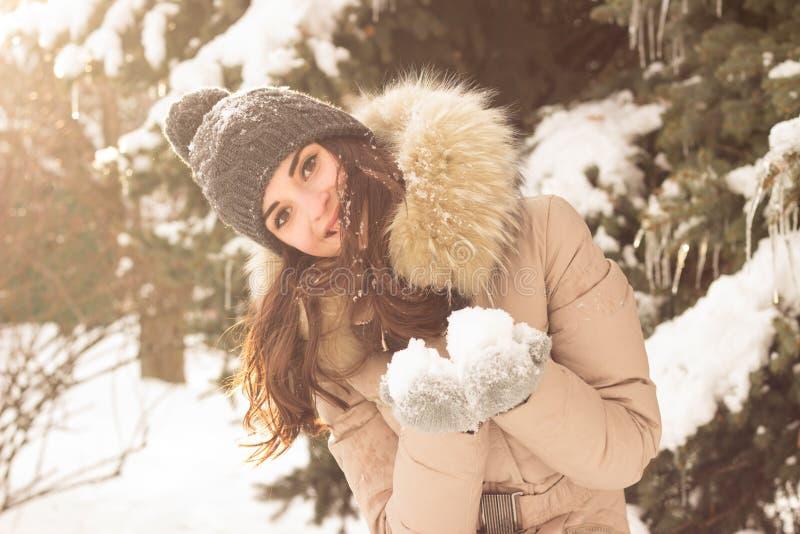 Νέο παιχνίδι γυναικών με το χιόνι στοκ εικόνα