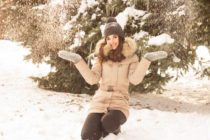 Νέο παιχνίδι γυναικών με το χιόνι στοκ εικόνες