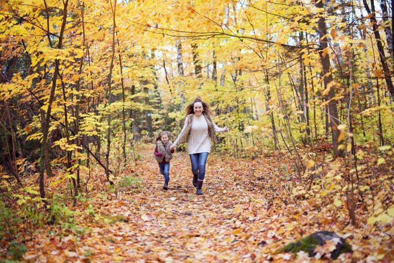 Νέο παιχνίδι μητέρων με την κόρη της στο πάρκο φθινοπώρου στοκ εικόνα με δικαίωμα ελεύθερης χρήσης