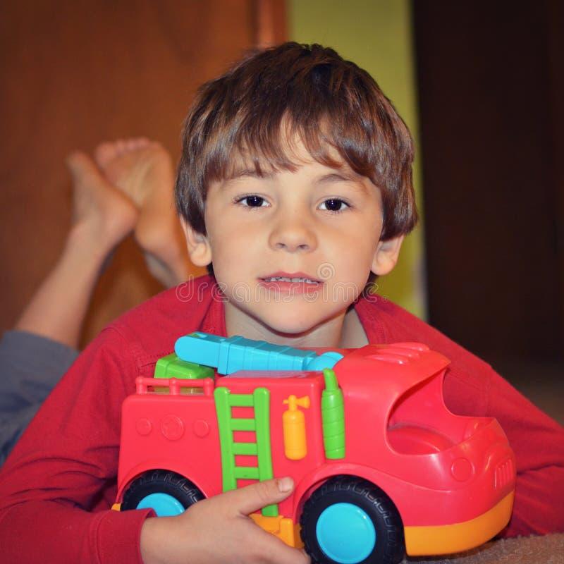 Νέο παιχνίδι αγοριών με το πυροσβεστικό όχημα στοκ φωτογραφίες με δικαίωμα ελεύθερης χρήσης