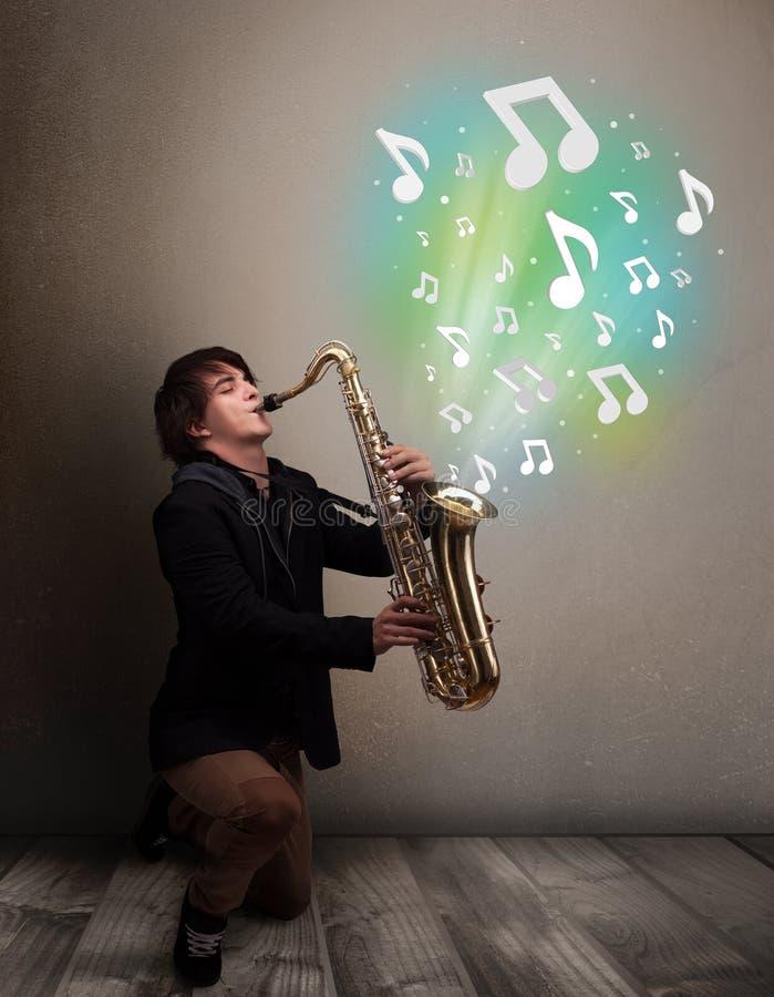 Νέο παιχνίδι μουσικών στο saxophone ενώ μουσικές νότες explodin στοκ εικόνες