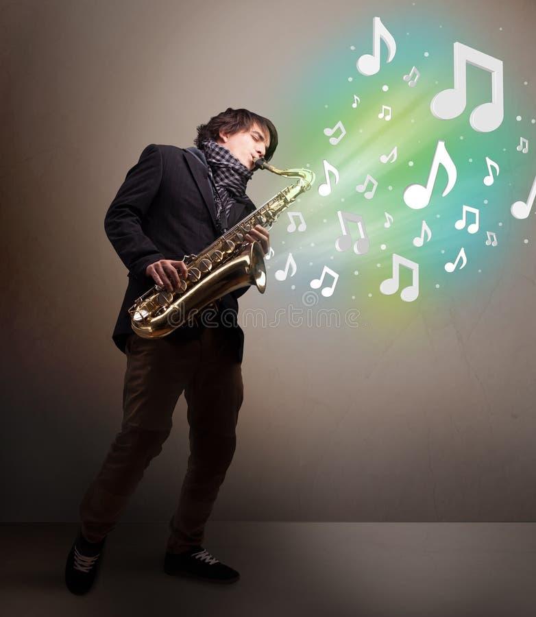 Νέο παιχνίδι μουσικών στο saxophone ενώ μουσικές νότες explodin στοκ εικόνα