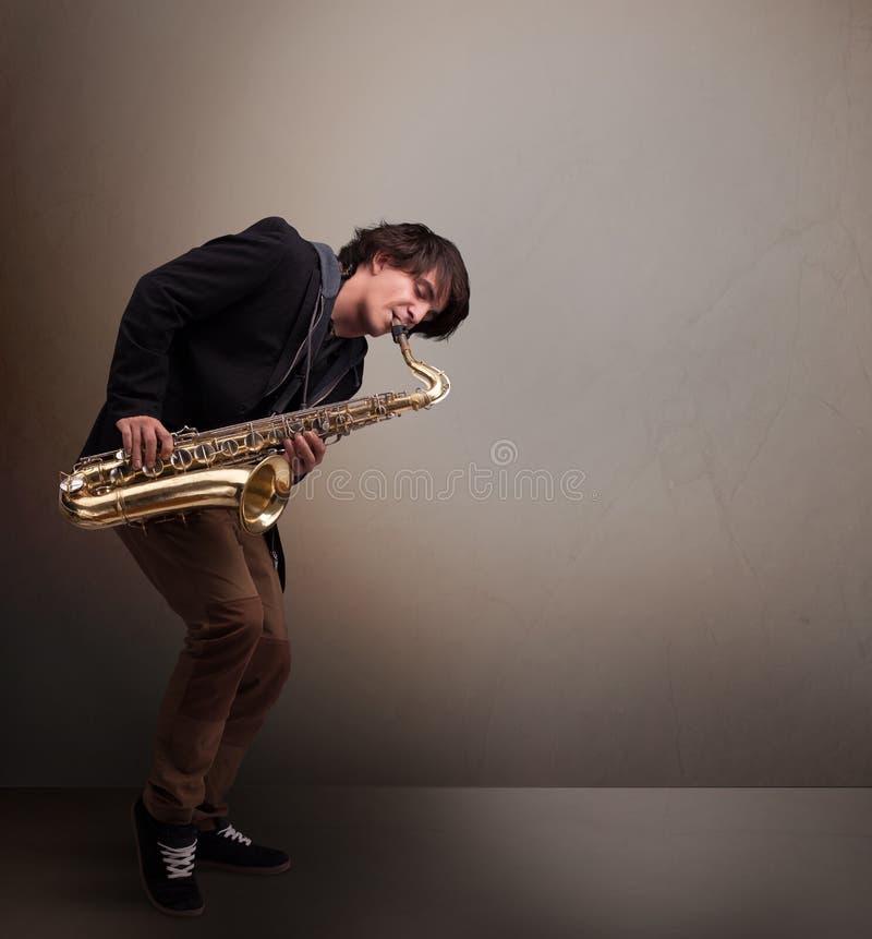 Νέο παιχνίδι μουσικών στο saxophone στοκ εικόνα