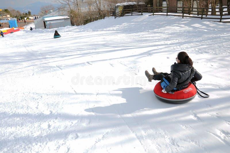 Νέο παιχνίδι χιονιού γυναικών παίζοντας στοκ φωτογραφίες