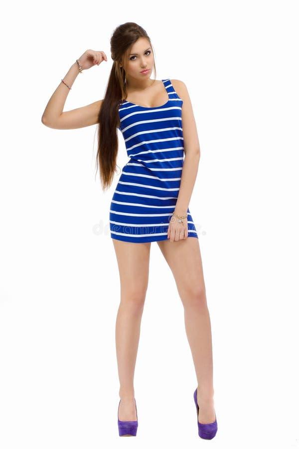 Νέο περιστασιακό όμορφο κορίτσι μόδας που στέκεται στο στούντιο στοκ εικόνα με δικαίωμα ελεύθερης χρήσης