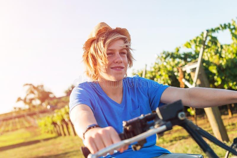 Νέο ποδήλατο τετραγώνων αγροτών οδηγώντας στοκ εικόνες με δικαίωμα ελεύθερης χρήσης