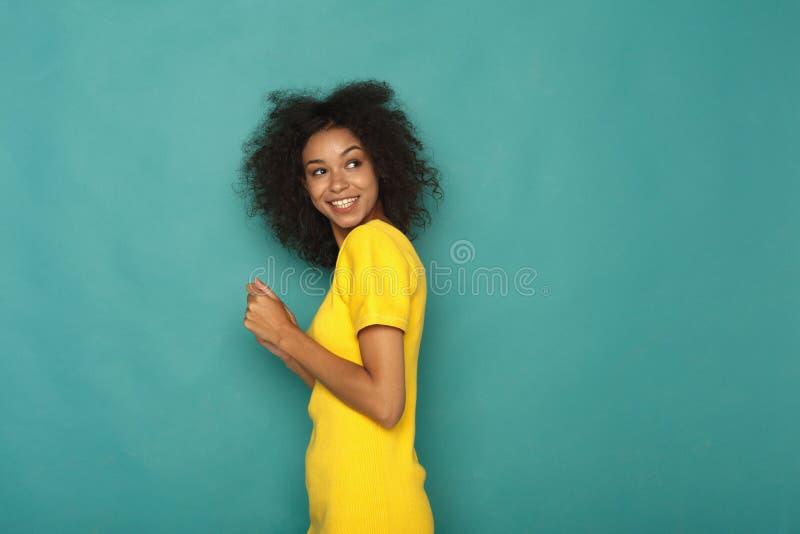 Νέο πορτρέτο γυναικών γέλιου ελκυστικό στοκ εικόνα