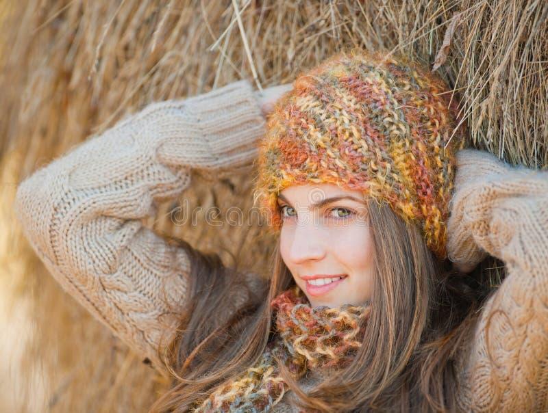 Νέο πορτρέτο γυναικών το φθινόπωρο στοκ εικόνα με δικαίωμα ελεύθερης χρήσης