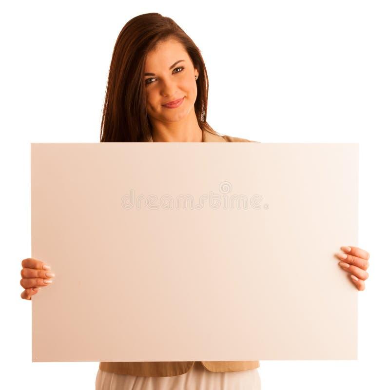 Νέο πορτρέτο γυναικών χαμόγελου με το κενό άσπρο έμβλημα, πίνακας στο whi στοκ φωτογραφία με δικαίωμα ελεύθερης χρήσης