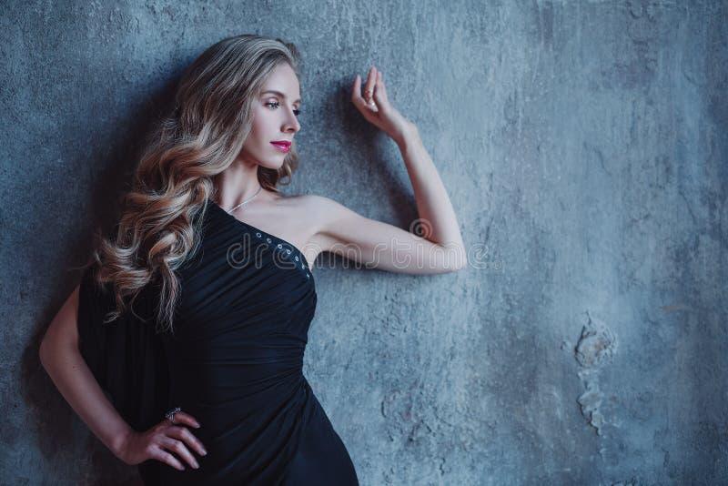 Νέο πορτρέτο γυναικών στοκ εικόνες
