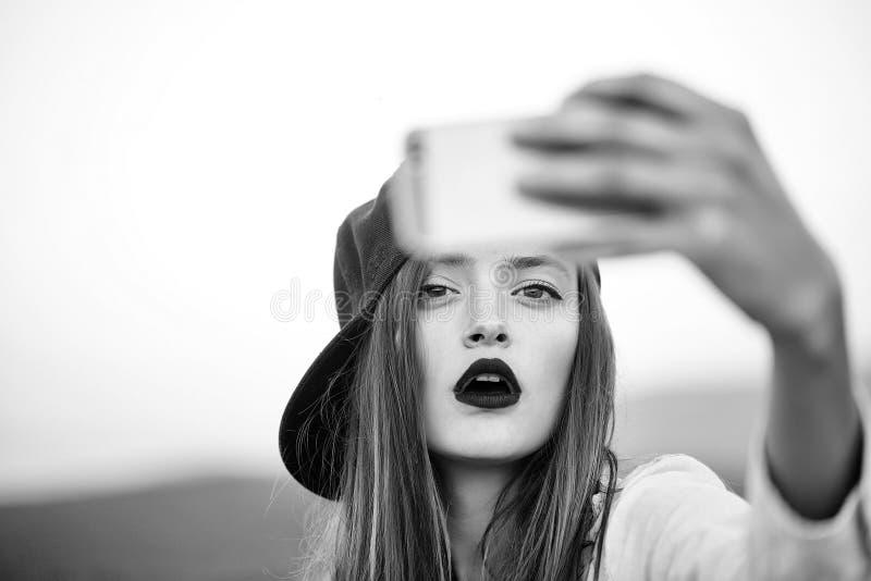 Νέο προκλητικό κορίτσι που κάνει selfie στοκ φωτογραφία