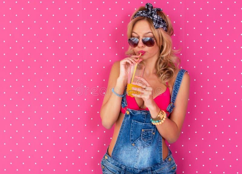 Νέο προκλητικό χυμός ή κοκτέιλ κατανάλωσης γυναικών στο στηθόδεσμο εσώρουχων υπαίθρια, τρόπος ζωής στοκ εικόνες