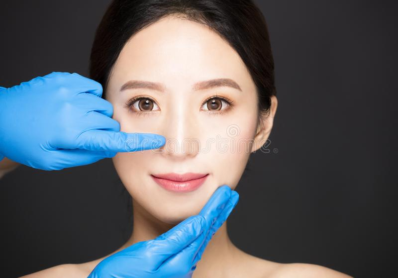 νέο πρόσωπο γυναικών με την ιατρική έννοια ομορφιάς στοκ εικόνα με δικαίωμα ελεύθερης χρήσης