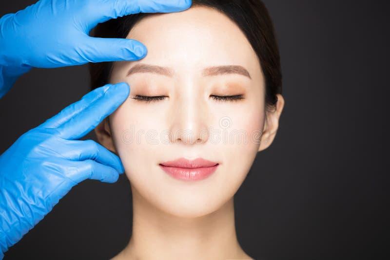 νέο πρόσωπο γυναικών με την ιατρική έννοια ομορφιάς στοκ φωτογραφίες