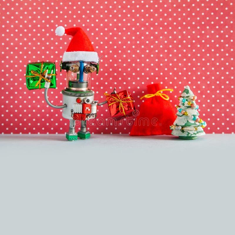Νέο πρότυπο ευχετήριων καρτών εορτασμού έτους διακοπών Χριστουγέννων Αστείο ρομπότ Άγιου Βασίλη, κιβώτια δώρων και κόκκινα Χριστο στοκ εικόνες