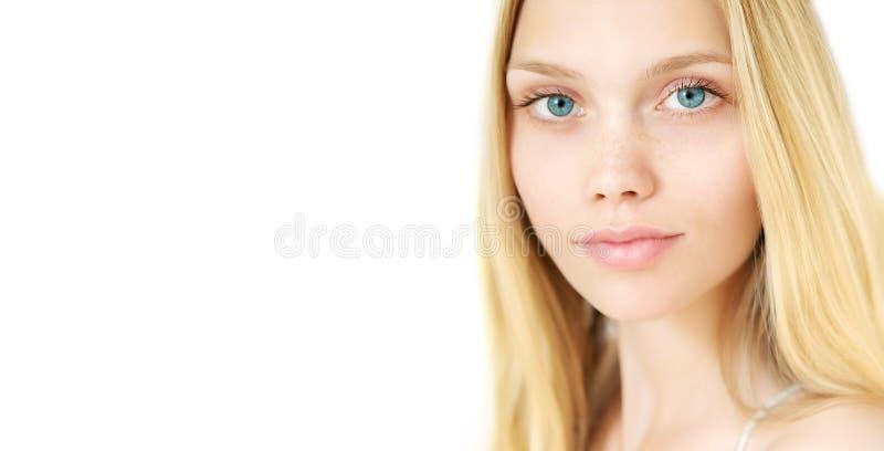 Νέο πρότυπο ομορφιάς με το τέλειο φρέσκο δέρμα στοκ εικόνα
