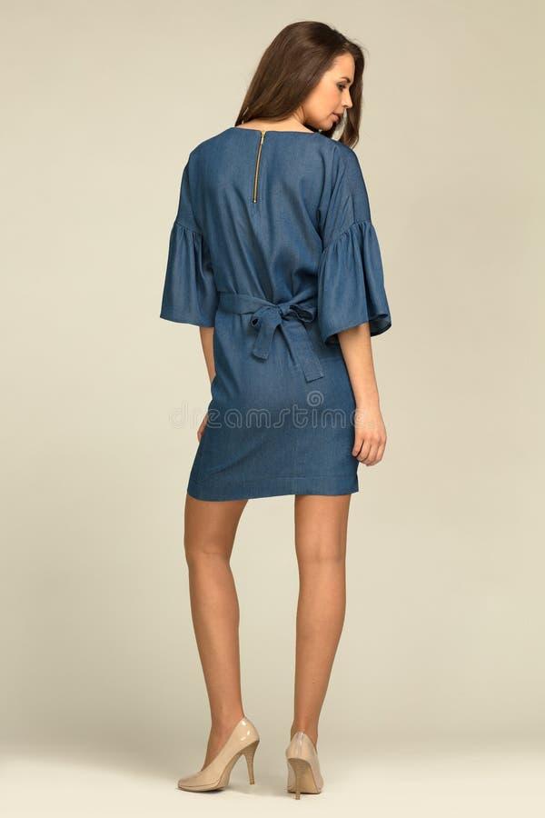 Νέο πρότυπο που φορά το μπλε, φόρεμα τζιν με το λεπτό σώμα στοκ φωτογραφίες