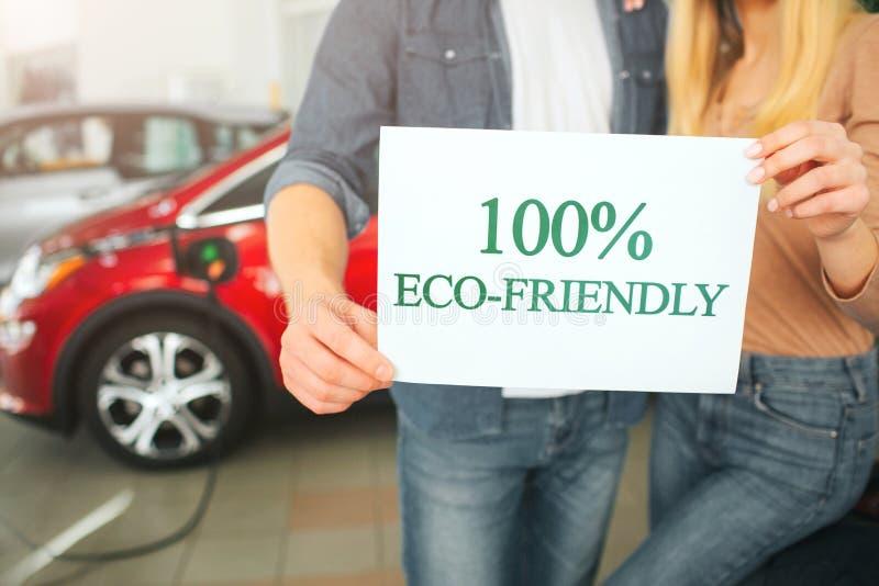 Νέο πρώτο ηλεκτρικό αυτοκίνητο οικογενειακής αγοράς στην αίθουσα εκθέσεως Αυτοκίνητο Eco Κινηματογράφηση σε πρώτο πλάνο των χεριώ στοκ εικόνες