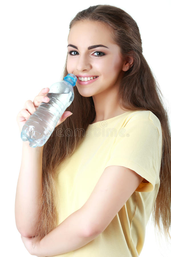 Νέο πόσιμο νερό γυναικών, στο άσπρο υπόβαθρο στοκ εικόνα με δικαίωμα ελεύθερης χρήσης