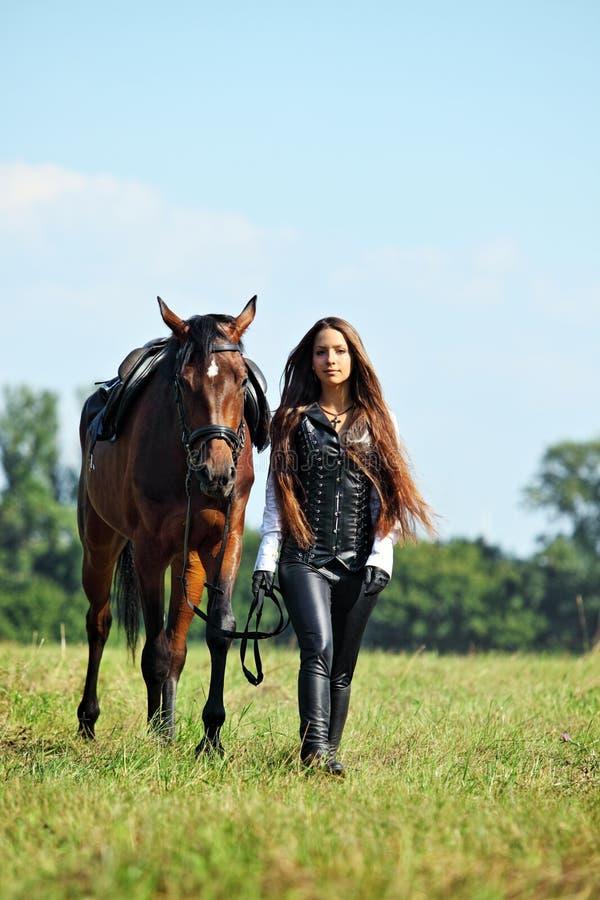 Νέο ρομαντικό άλογο σελών κοριτσιών κύριο στοκ εικόνες
