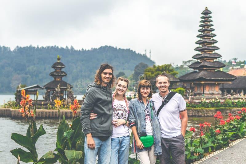 Νέο ρομαντικό ζεύγος δύο των trourists στο υπόβαθρο ναών Ulan Danu Νησί του Μπαλί στοκ εικόνα με δικαίωμα ελεύθερης χρήσης