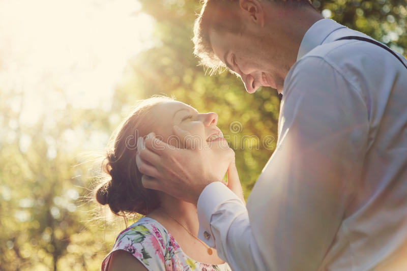 Νέο ρομαντικό ζεύγος που φλερτάρει στην ηλιοφάνεια Εκλεκτής ποιότητας αγάπη στοκ εικόνες με δικαίωμα ελεύθερης χρήσης