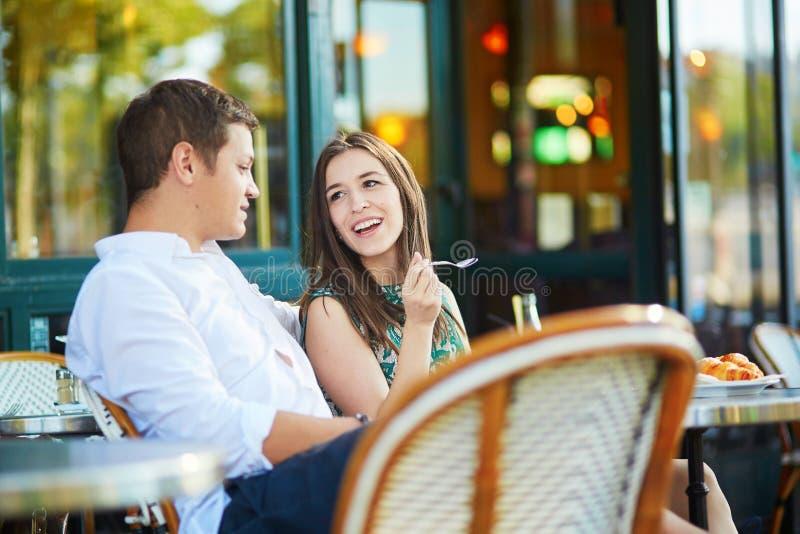 Νέο ρομαντικό ζεύγος στον παρισινό καφέ στοκ εικόνες