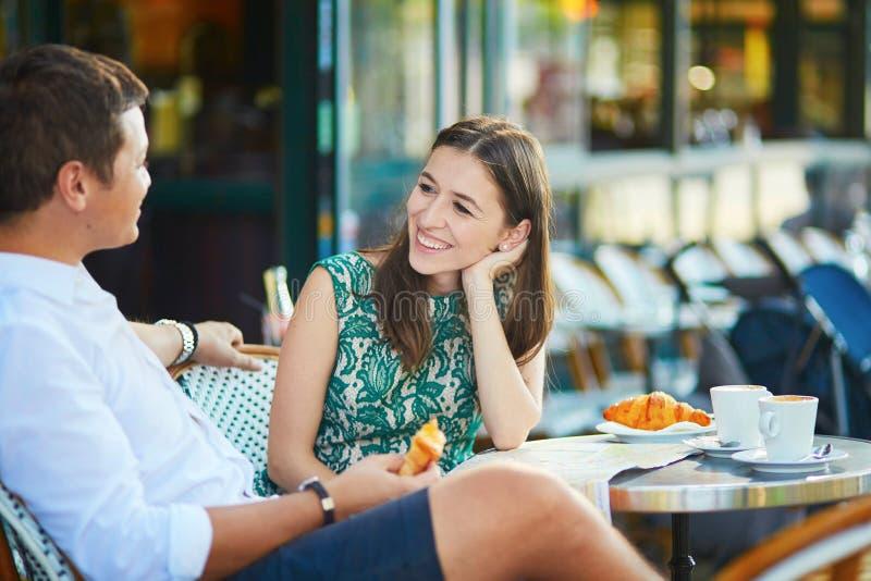 Νέο ρομαντικό ζεύγος στον παρισινό καφέ στοκ φωτογραφία