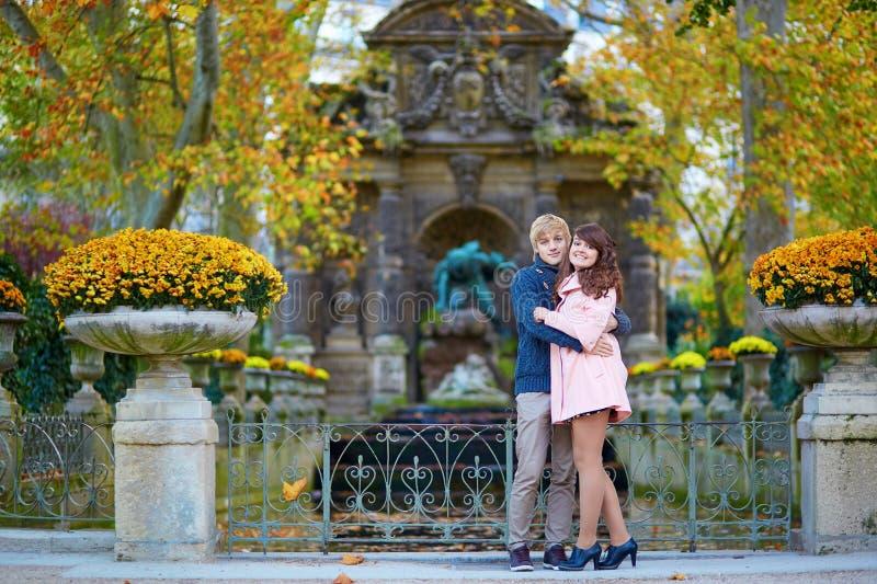 Νέο ρομαντικό ζεύγος στο Παρίσι στοκ φωτογραφίες