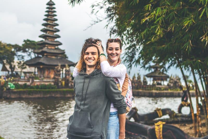 Νέο ρομαντικό ζεύγος των trourists στο υπόβαθρο ναών Ulan Danu Νησί του Μπαλί στοκ φωτογραφία με δικαίωμα ελεύθερης χρήσης